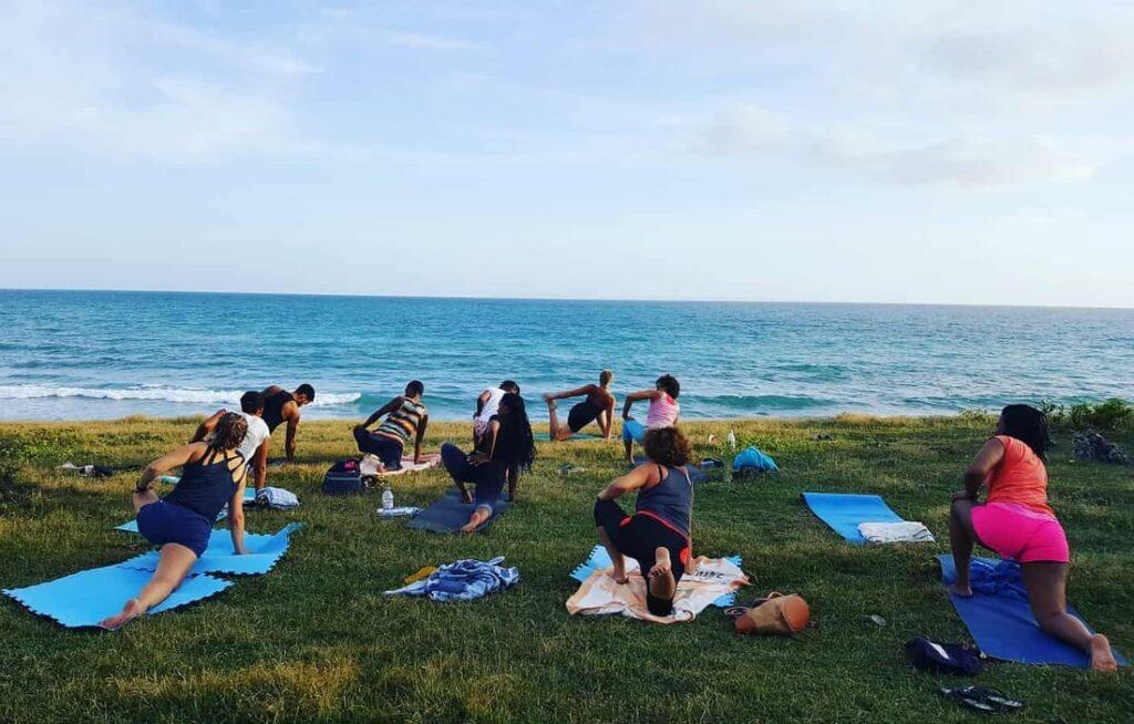 aurore Yoga cours de yoga extérieur en groupe face à la mer