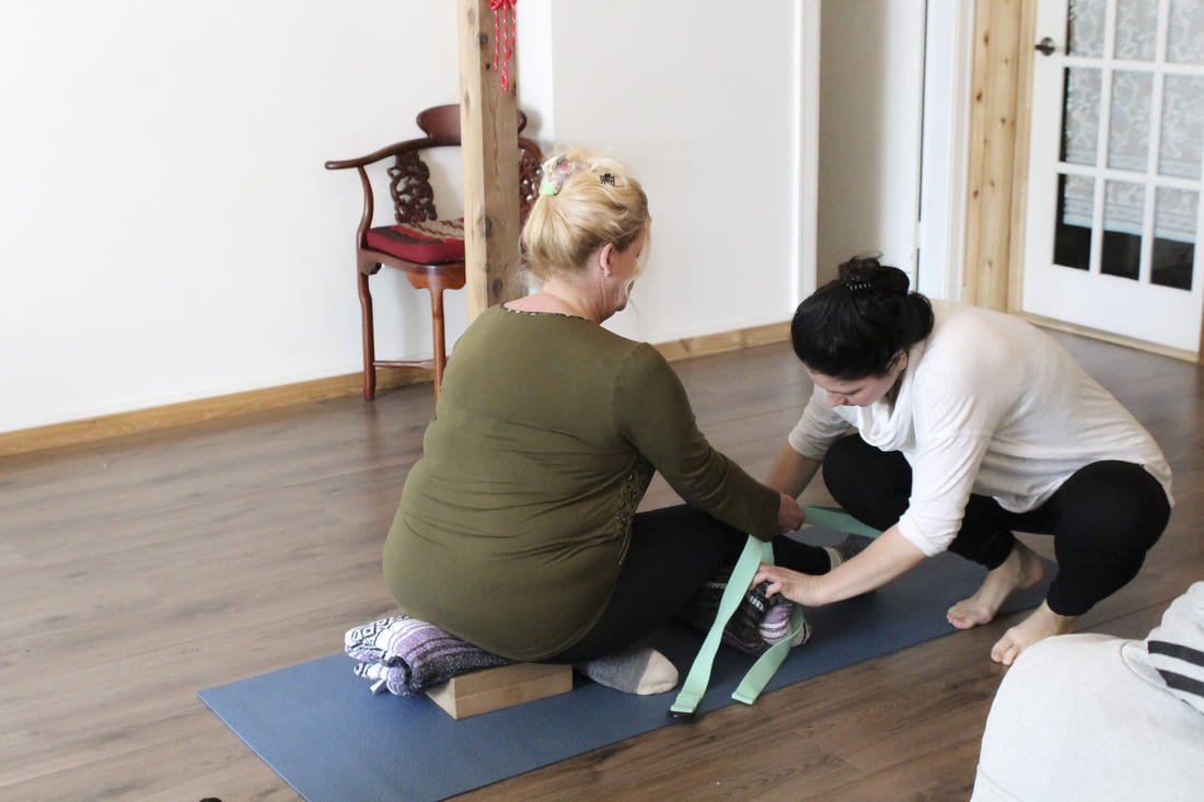 aurore ajustement de posture de yoga cours semi privé